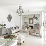 Кът с мека мебел в бяло и нежно сиво в дневната