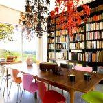 разноцветни столове за настроение