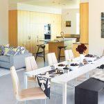 дървена пейка замества столовете при повече гости
