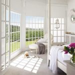 Френските прозорци на спалнята осигуряват панорамна гледка към околността