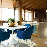 кръгла бяла маса и столове в морско синьо