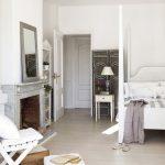 Спалнята е в бяло и светло сиво