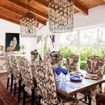 столовете с пъстри тапицерии хармонират на рустикалния стил