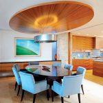 кръглото дървено пано на тавана подчертава осветителното тяло