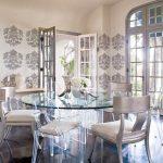 стъклена маса и столове със сребриста патинирана повърхност