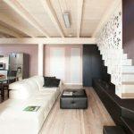 дървеният таван е оцветен в бяло