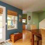 Дневната е решена в морско синьо и светло зелено