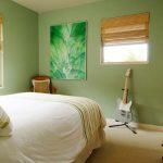 Основната спалня е в бледо зелено