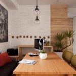 Открит тухлен зид, боядисан в бяло и дървена облицовка са решенията за стените в трапезарията-кабинет