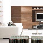 Корпусна мебел от дърво и плъзгаща стена, която прикрива при желание телевизора