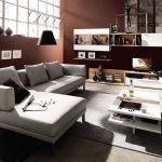 Дневен кът в светъл, контрастиращ на стените цвят и кът за телевизор