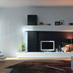 Кът с изградена декоративна полица над телевизора