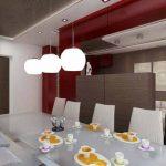 Висящи осветителни тела са поставени само над масата за хранене