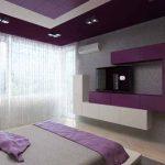 Окаченият таван със скрито осветление е решен в бяло с лилави акценти