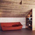 Скосеният таван е с дървена ламперия