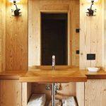 Дървен плот и мивка в банята