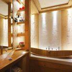 В банята основно присъстват дърво и материали с дървесен ефект