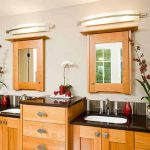 Осветителни тела над огледалото само не са достатъчни - тук е комбинирано с вградени на тавана лунички