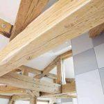 Дървените греди придават лек провинциален привкус на атмосферата в жилището