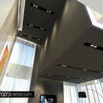 Таваните са  с изчистени форми, вградени осветителни тела (кардани) и шлицове със скрито осветление