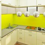 Гърбът на кухнята е от свежо зелено принт стъкло