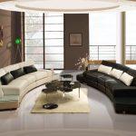 Окачен таван в дневната, обзаведена с мебели в бяло и черно