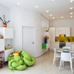 Меко нестандартно кресло  в зелено с авангарден дизайн поставя акцент в дневната
