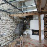 Камина на дърва е поставена в дневната