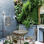 Вътрешният двор с вертикална градина наподобява типичен френски салон от 19-ти век!
