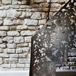 Метален парапет с изящен дизайн като дантела...
