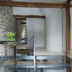 Варовикови стени и дървени греди носят духа на времето