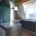 Стъкло и лъскави повърхности са използвани и в кухнята