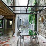 Поглед от трапезарията към вътрешния двор