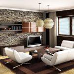 Конфигурация от бели мебели, светъл под и стена, облицована с декоративен камък