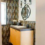 Стените са облицовани с пъстроцветни керамични плочки