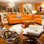 Ярко оранжево е основният цвят в композицията