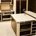 Кухнята е оборудвана и с кухненски остров
