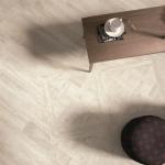 Бляскавата повърхност на пода в дневната улавя светлината...