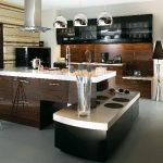 Кухня с модерен дизайн в черно и кафяво