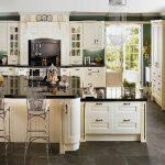 Класически изглед на кухня в бяло