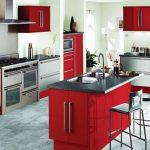 Кухня в червено с модерен дизайн