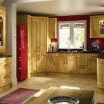 Кухня с обзавеждане от естествено дърво