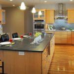 Кухня с дървесен цвят и остров