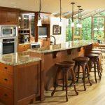 Кухня с бар-плот и високи столчета