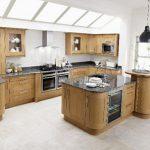 Кухня в натурален дървесен цвят с остров