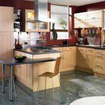 Кухня от дърво и червено оцветяване на стените