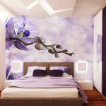 На стената зад леглото е поставен тапет с изображение на орхидея
