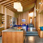 Дървени облицовки покриват стените