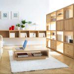 Подът и мебелите са от светло дърво