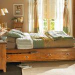 Дървено легло в спалнята